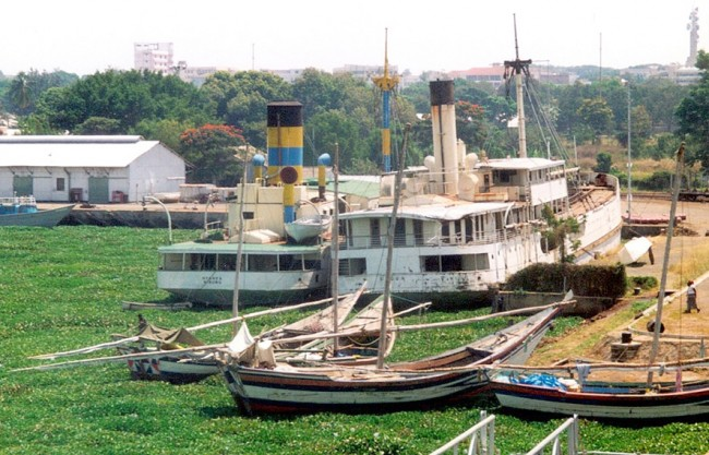 Ships on lake Victoria blocked in harbour of Kisumu by hyacinth